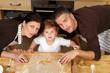 Familie beim Plätzchen backen