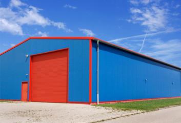 Werkstatt in Gewerbegebiet, blau/rot