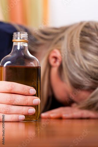Alkohol und Missbrauch - Frau trinkt zu viel Schnaps