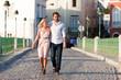 Städtetourismus - Paar im Urlaub auf  einer Brücke
