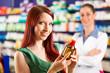 Kundin in einer Apotheke beim einkaufen