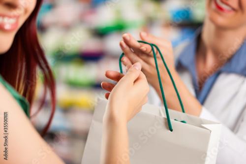 Apothekerin in ihrer Apotheke mit einer Kundin