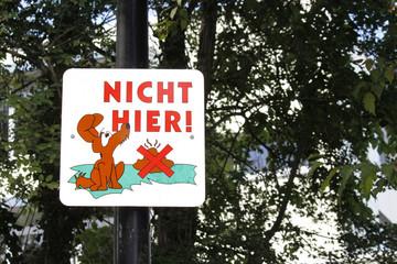 Nicht hier, Schild gegen Hundekot