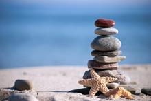 pile de pierre avec des étoiles de mer