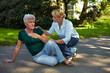 Passantin hilft Seniorin im Park