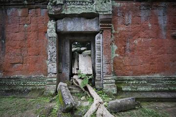porta tra le rovine di angkor