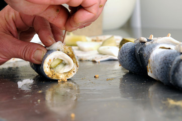 in der Rollmops - Produktion, Handarbeit