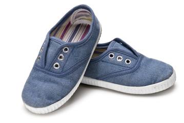 Zapatillas azules.