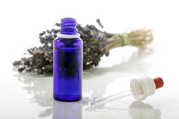 Tropfer und Glasflasche mit Lavendel