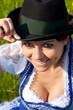 Frau mit grünem Steirerhut