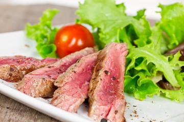 Rumpsteak in Streifen mit Salat