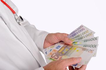 Arzt zählt Geldscheine
