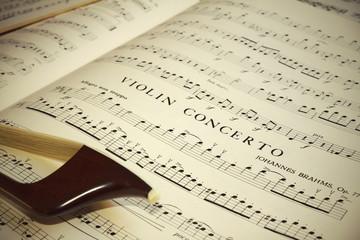 Spartito musicale e archetto di contrabbasso