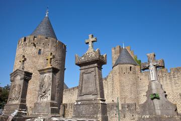 Cementerio junto a la murallas de Carcassonne, Francia