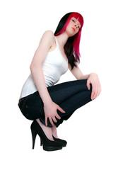 Schlanke rothaarige Frau sitzt am Boden