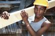 ritratto di giovane operaio nero, africano