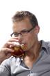 Homme buvant un soda