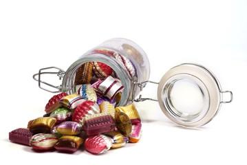 Bonbons im gekippten Glas