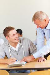 Dozent hilft einem Studenten
