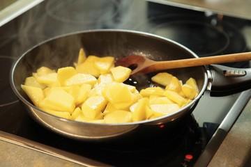 Kartoffeln in einer Bratpfanne