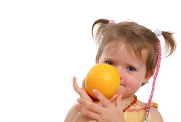 Kind mit Orange vor dem Gesicht/ H