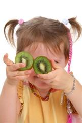 Mädchen mi Kiwi vor die Augen/ V