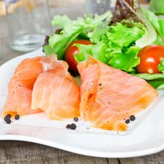 geräucherter Lachs mit Salat