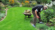 Gartenarbeit im Herbstgarten