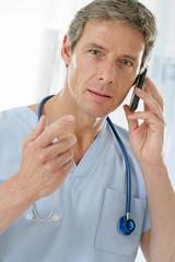 Médecin urgentiste au téléphone