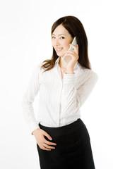 電話をかける女性社員