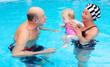 enkelkind mit großeltern beim schwimmen