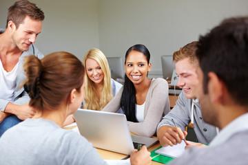 Glückliche Studentin mit Kommilitonen