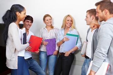 Lachende Studenten haben Pause