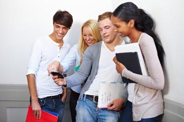 Studenten schauen Fotos an