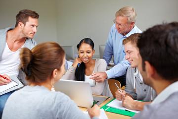 Dozent und Studenten