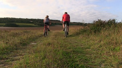 promenade en vélo avec sa fille de dos