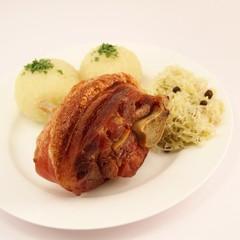 Grillhaxe mit Klössen und Sauerkraut