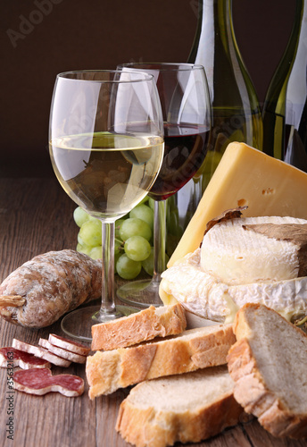 bouteille de vin, fromage et saucisson © M.studio