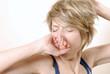 femme fatigue étirement