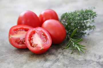 Tomaten mit Kräutern