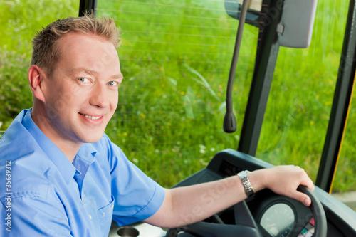 Busfahrer sitzt in seinem Bus