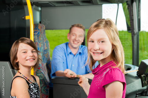 Leinwanddruck Bild Kinder steigen in einen Bus ein