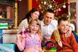 Weihnachten - Familie mit Geschenken am Weihnachtsabend