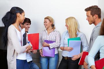 Studenten reden im Flur