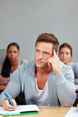 Nachdenklicher Student im Seminar
