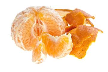 Geschälte Mandarine mit Schalenhaufen