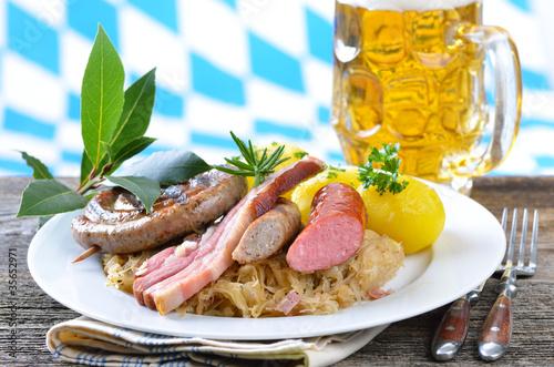 Bayerische Schlachtplatte mit hellem Bier