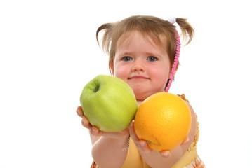 Eine kleine Mädchen streckt die Hande mit Apfel und Orange/ V