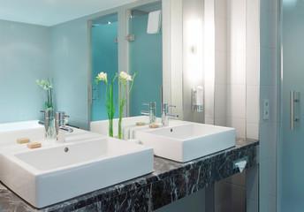 Doppelwaschtisch in noblem Badezimmer