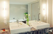 Grosses Badezimmer mit Doppelwaschtisch